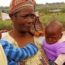 Mama Tunza con uno de sus pequeños