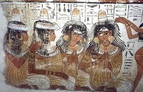 Detalle egipcio comiendo reposteria