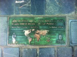 Foto con letras en bronce y piedra del proyecto La Ciudad de Galdós. Frase delante de la Casa-Museo Pérez Galdós de Las Palmas