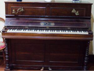 En la Casa-Museo Pérez Galdós, podemos ver el piano (y el armonio) de Galdós.