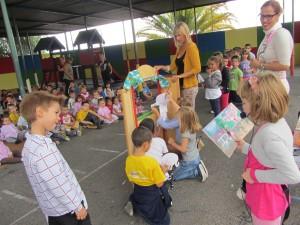 """Lara lee el cuento """"Teo en la escuela"""", a medida que dichas escenas son representadas por sus compañeros y compañeras con las marionetas."""