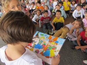 Los niños y niñas de Infantil leen un cuento a los niños y niñas del primer ciclo.