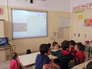 Alumnos y alumnas de Infantil y del primer ciclo buscando lugares e identificando calles y monumentos del entorno de Granadilla de Abona, haciendo uso de la aplicación Google Maps.