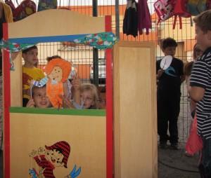 Niños y niñas del primer ciclo representando el cuento con las marionetas que ellos mismos han elaborado.