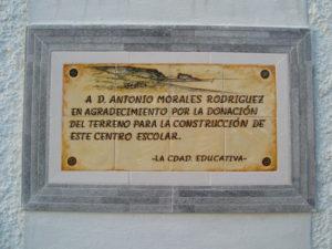 Placa en azulejo en agradecimiento a D. Antonio Morales Rodríguez