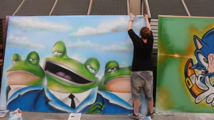 Alumna realizando una pintura mural