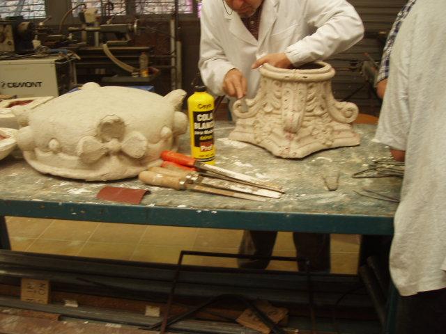 Alumno realizando moldes y reproducciones