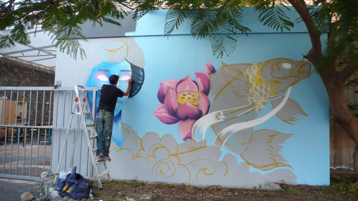 Alumno realizando un grafiti