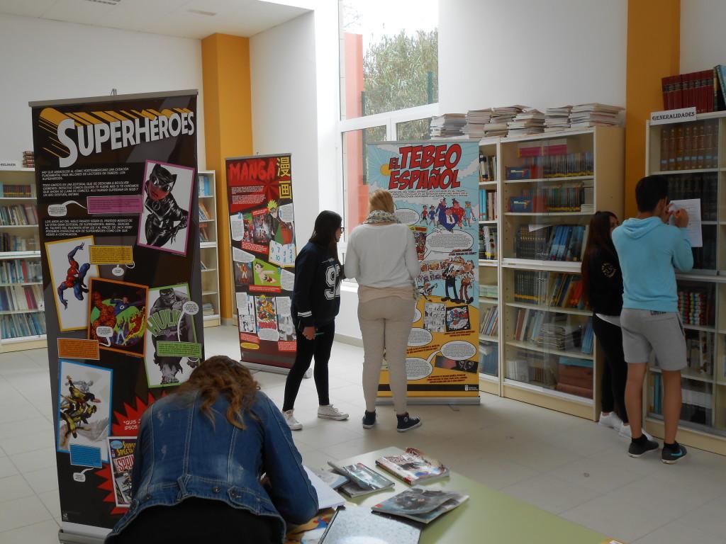 Alumnado trabajando con la exposición didáctica itinerante Tebeos con clase