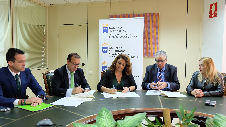 Foto firma del convenio de Cajasiete