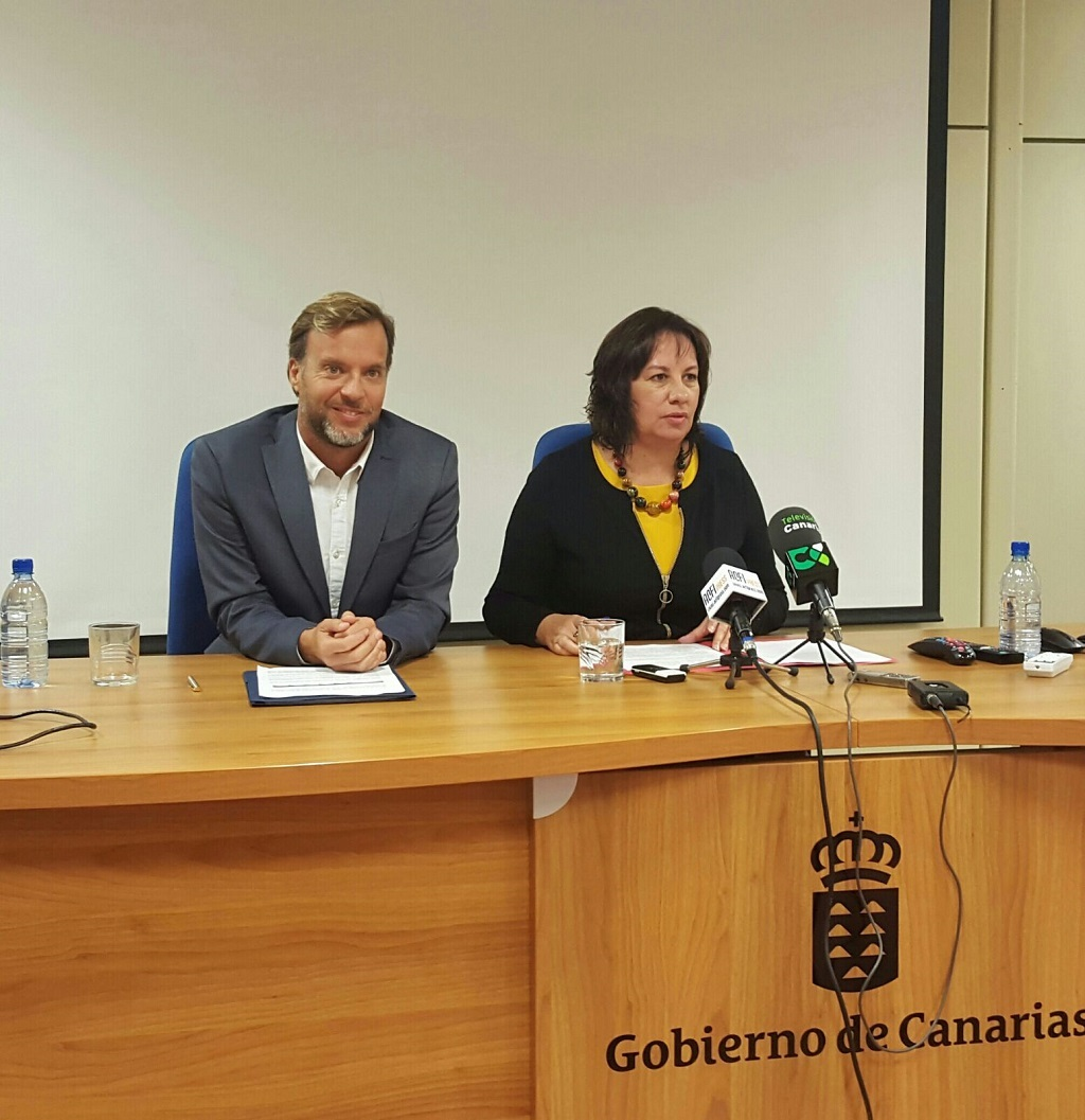 La consejera, junto al director general de Universidades en rueda de prensa.