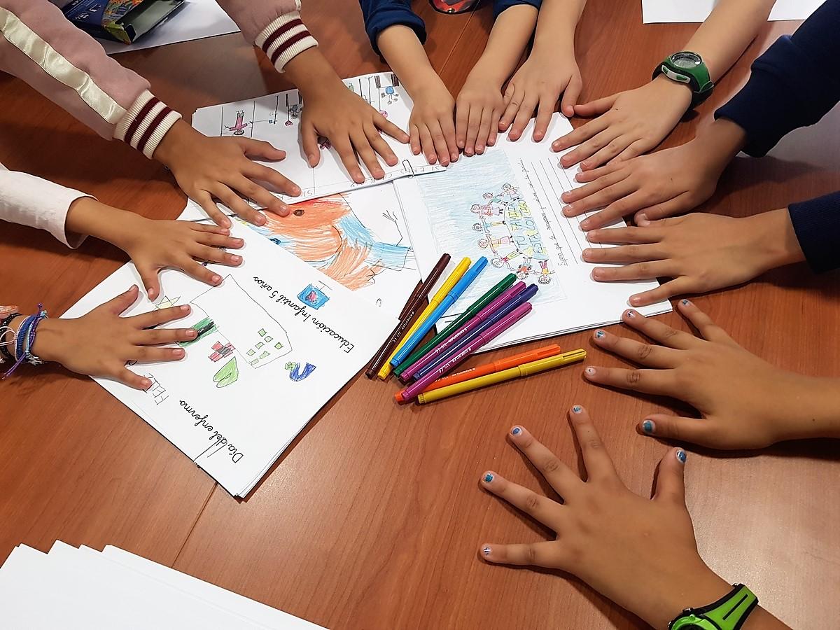Niños elaborando sus cartas.