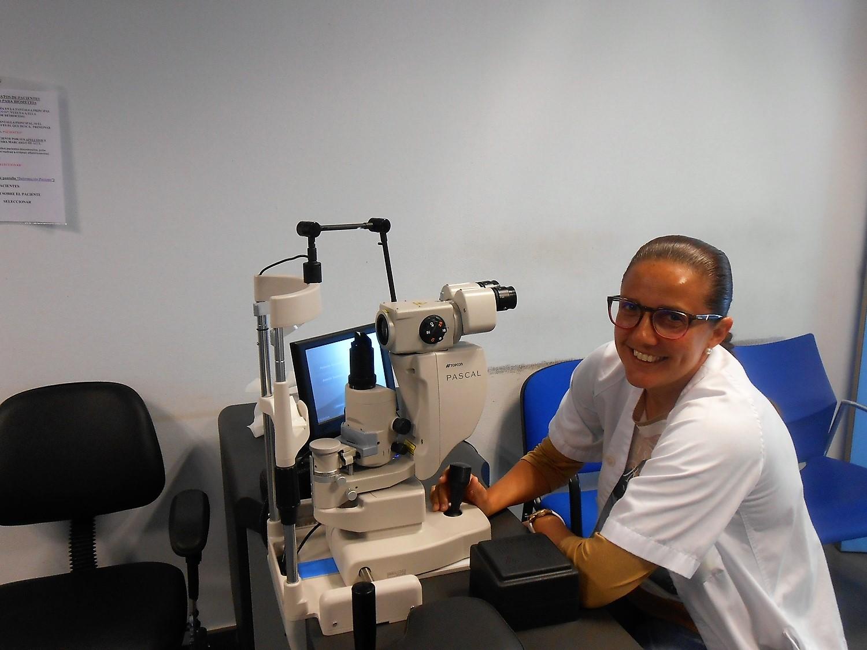 Personal del Hospital de Fuerteventura con el nuevo equipo para el servicio de Oftalmología