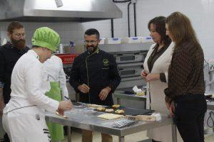 La consejera junto a la alumna del IES Puerto del Rosario, que competirá en Panadería.