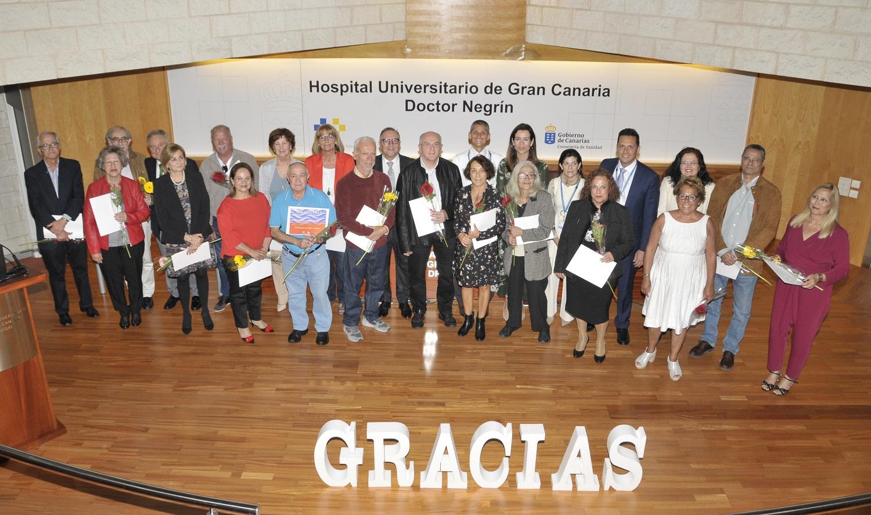 El consejero de Sanidad junto al equipo directivo y los profesionales jubilados