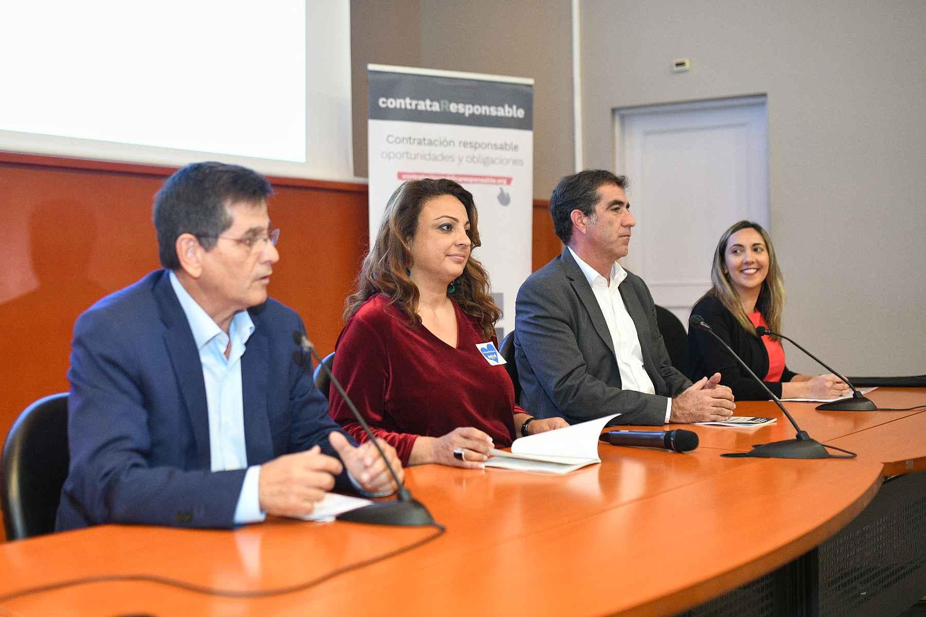 Cristina Valido asistió hoy en Gran Canaria, en compañía de Francis Candil, a una jornada técnica diseñada por su departamento.