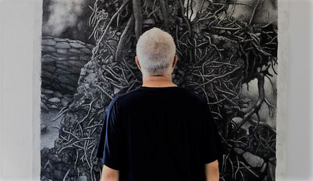 Julio Blancas ante su obra Bosques y formas