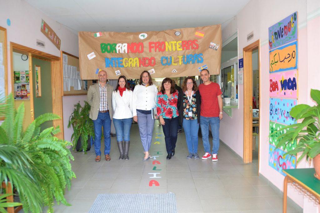 La consejera, junto al equipo docente durante la visita.