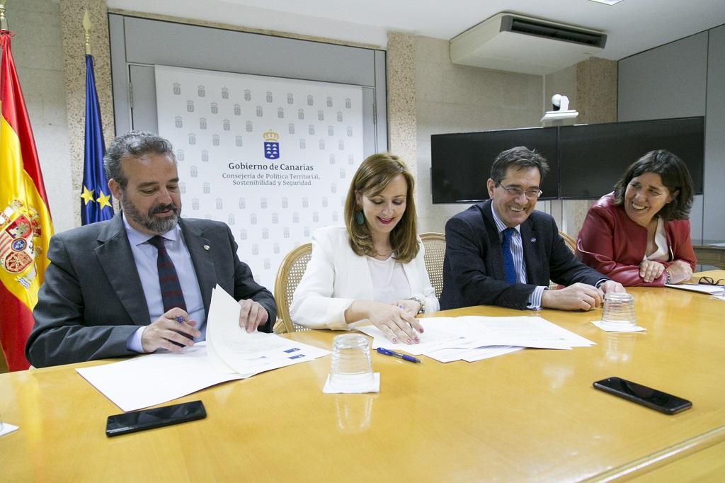 Nieves Lady Barreto y Blanca Pérez durante la firma