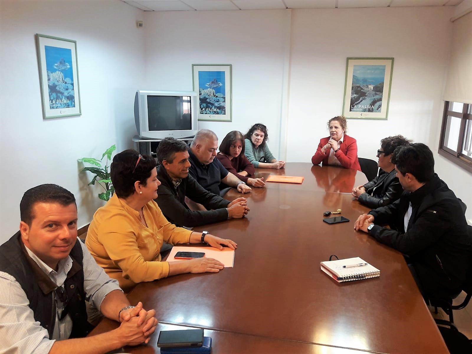 Beatriz Páez (centro) durante la reunión con los profesionales de AE y del centro educativo