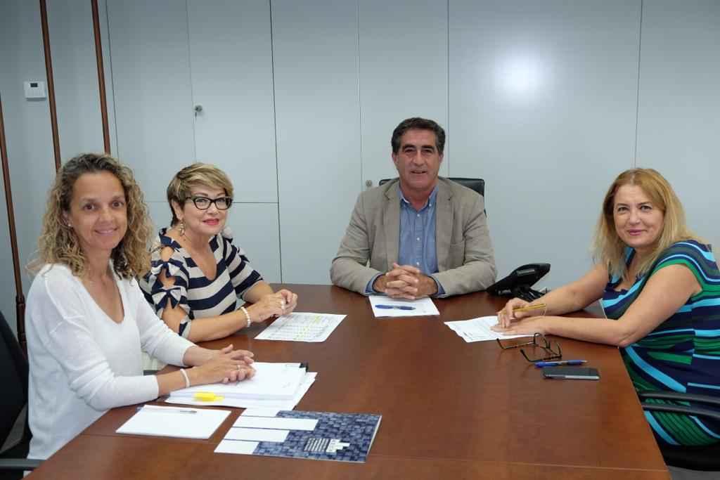 El viceconsejero de Políticas Sociales y Vivienda, Francisco Candil, y la directora del Instituto Canario de la Vivienda, Pino de León, mantuvieron hoy una reunión con la secretaria general de la Asociación de Empresarios Constructores y Promotores de la provincia de Las Palmas, Salud Gil