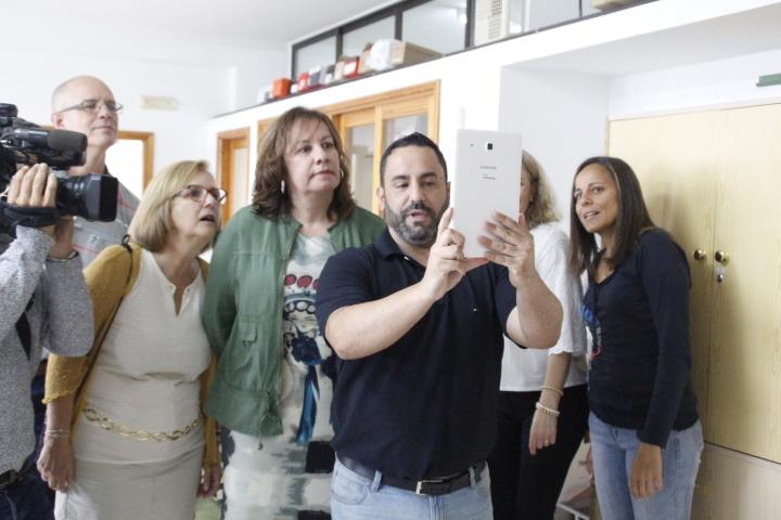 El profesorado muestra a la consejera los distintos retos del 'Escape Room'