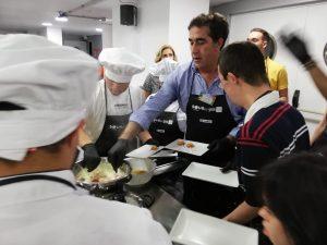 El viceconsejero de Políticas Sociales, Francisco Candil, en el taller Cocinando entre amigos