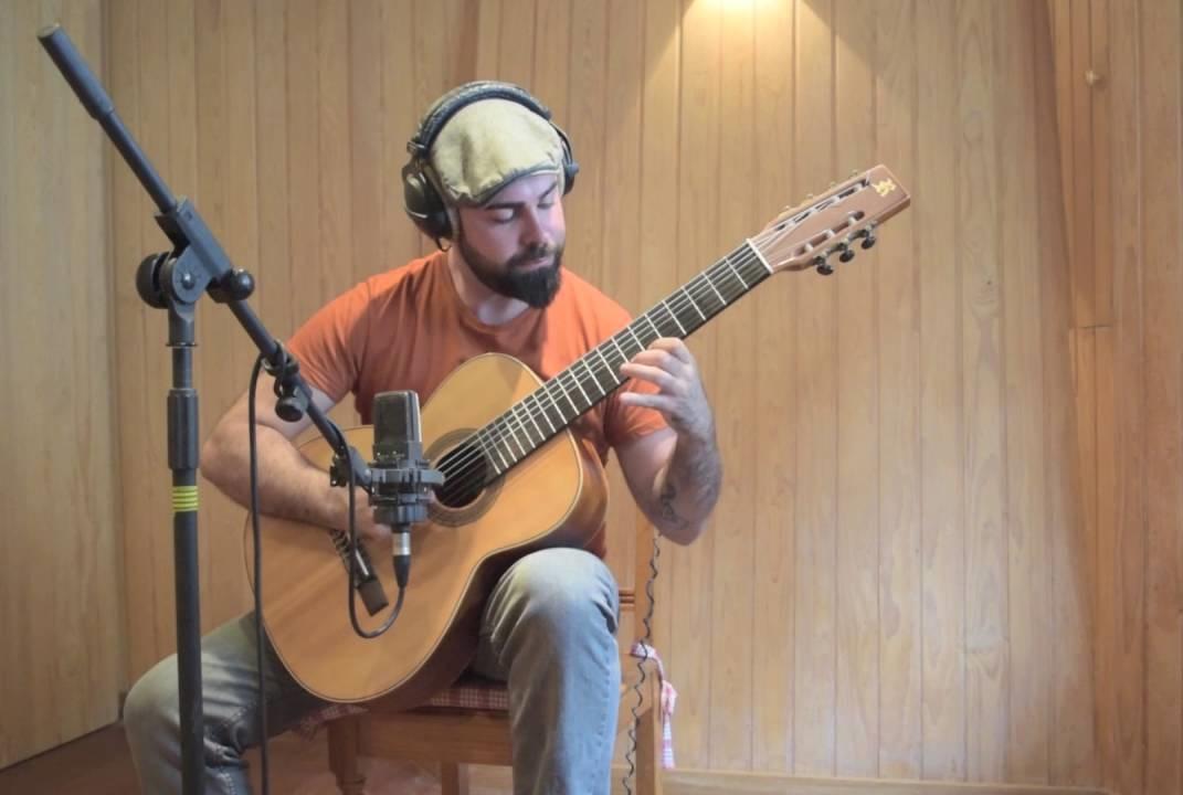 Jonay Mesa tocando su guitarra