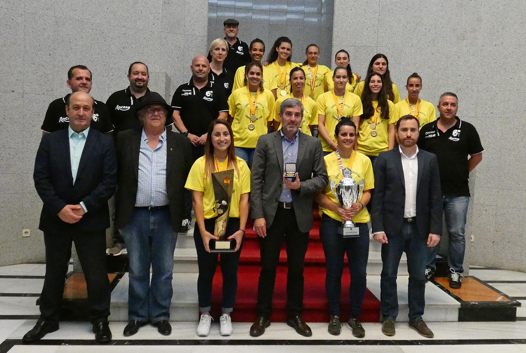 Foto de familia con el Club Balonmano Rocasa Gran Canaria