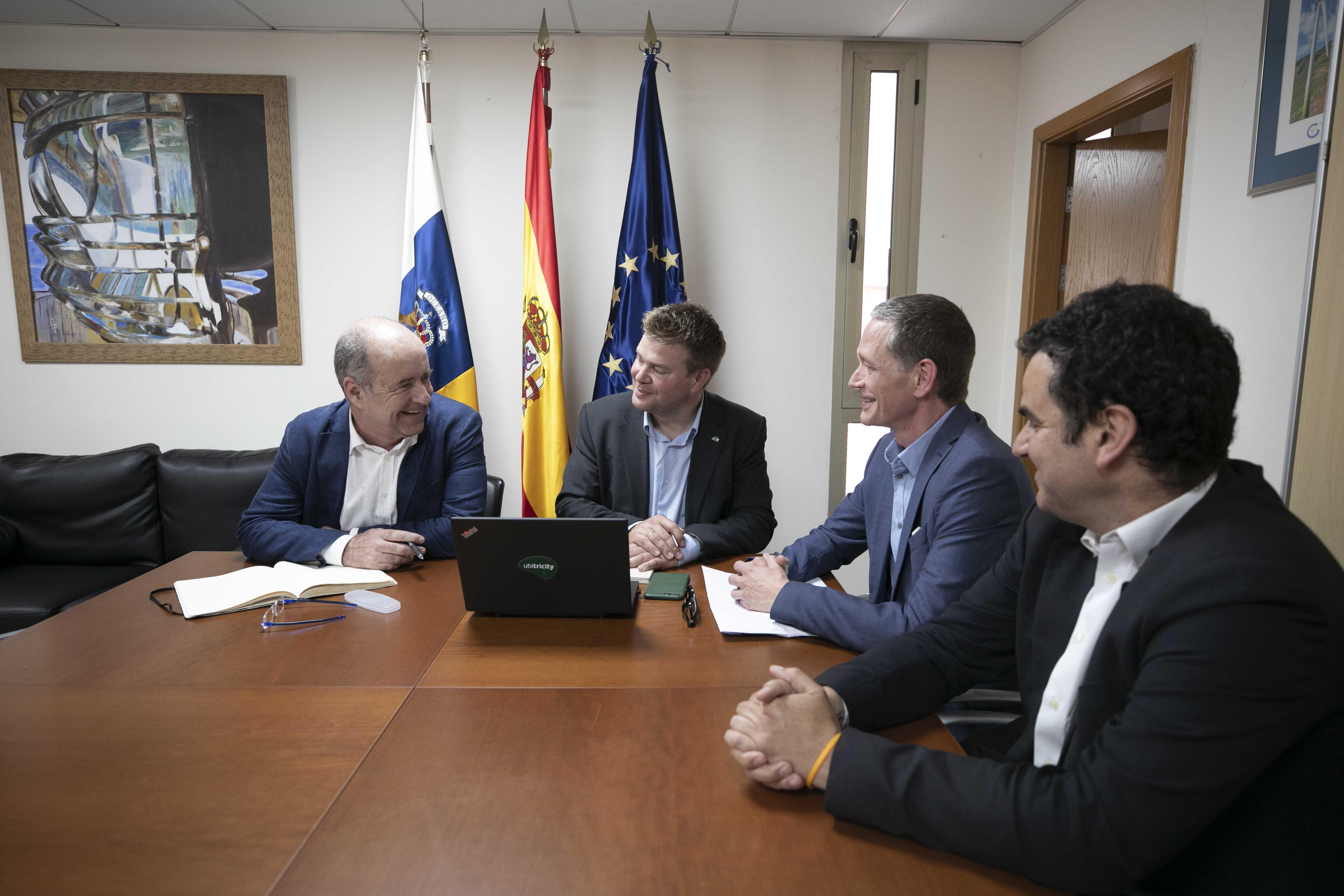 Pedro Ortega con el socio fundador de Ubitricity.