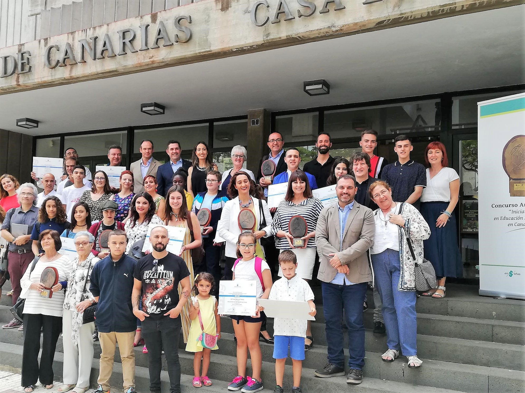 Foto de familia de los nueve centros galardonados