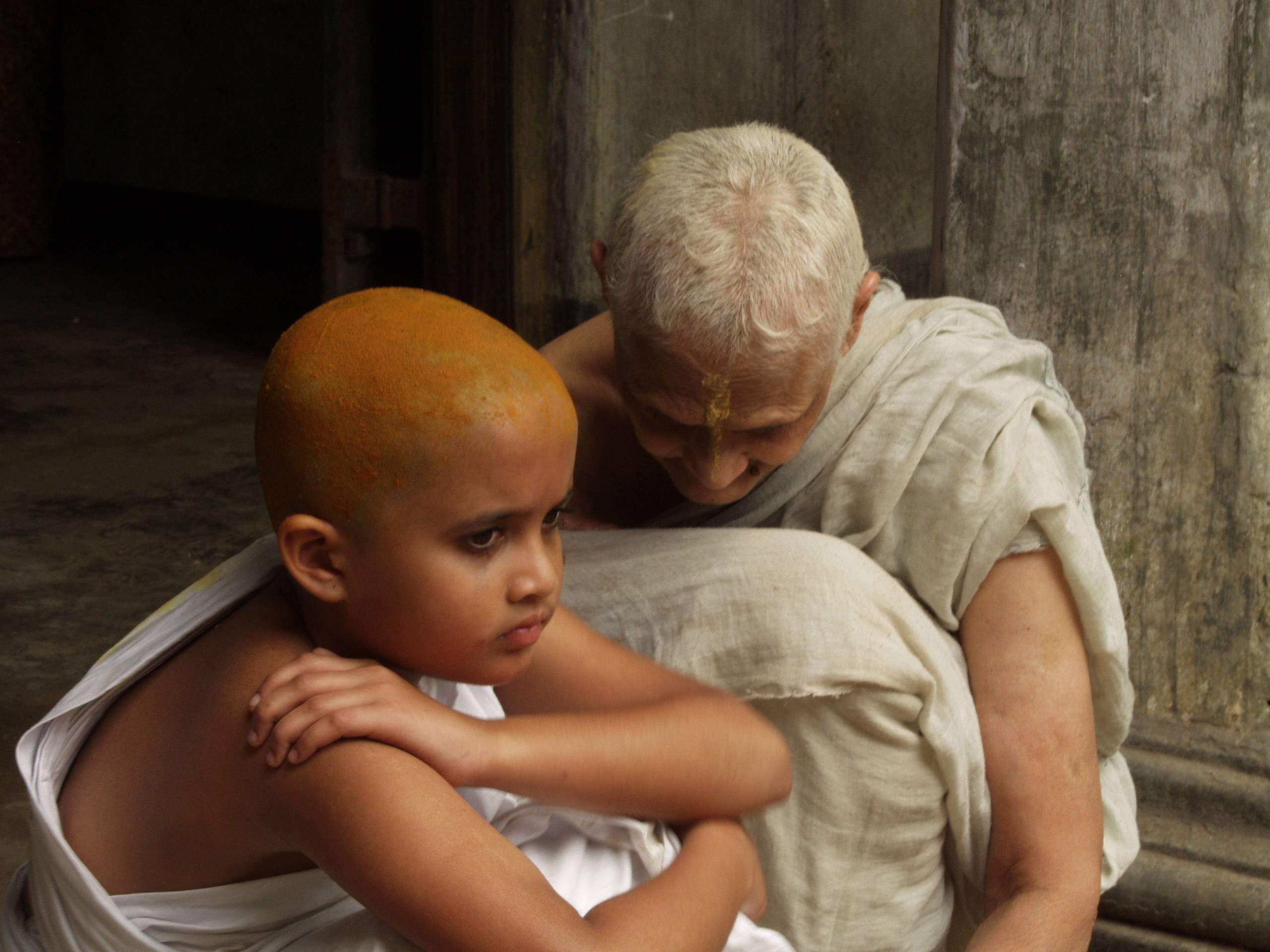 La película trata sobre una niña que debe casarse con un viejo moribundo