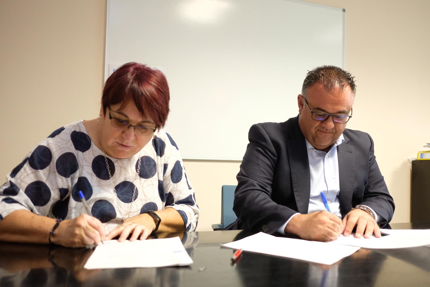 Conrado Domínguez y María Isabel Laucirica firman en Fuerteventura los convenios de colaboración que regularán el desarrollo de los proyectos Primer impacto y Carrito solidario.