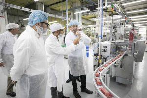 Pedro Ortega conoce la nueva maquinaria adquirida por TIRMA para ampliar la producción y crear nuevos productos acorde con las exigencias del mercado