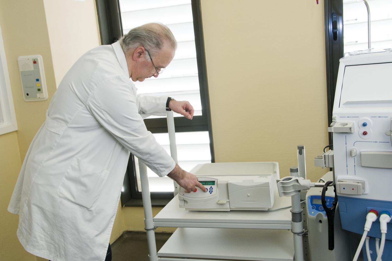 El doctor Nicanor Vega, en el Servicio de Nefrología del centro hospitalario.