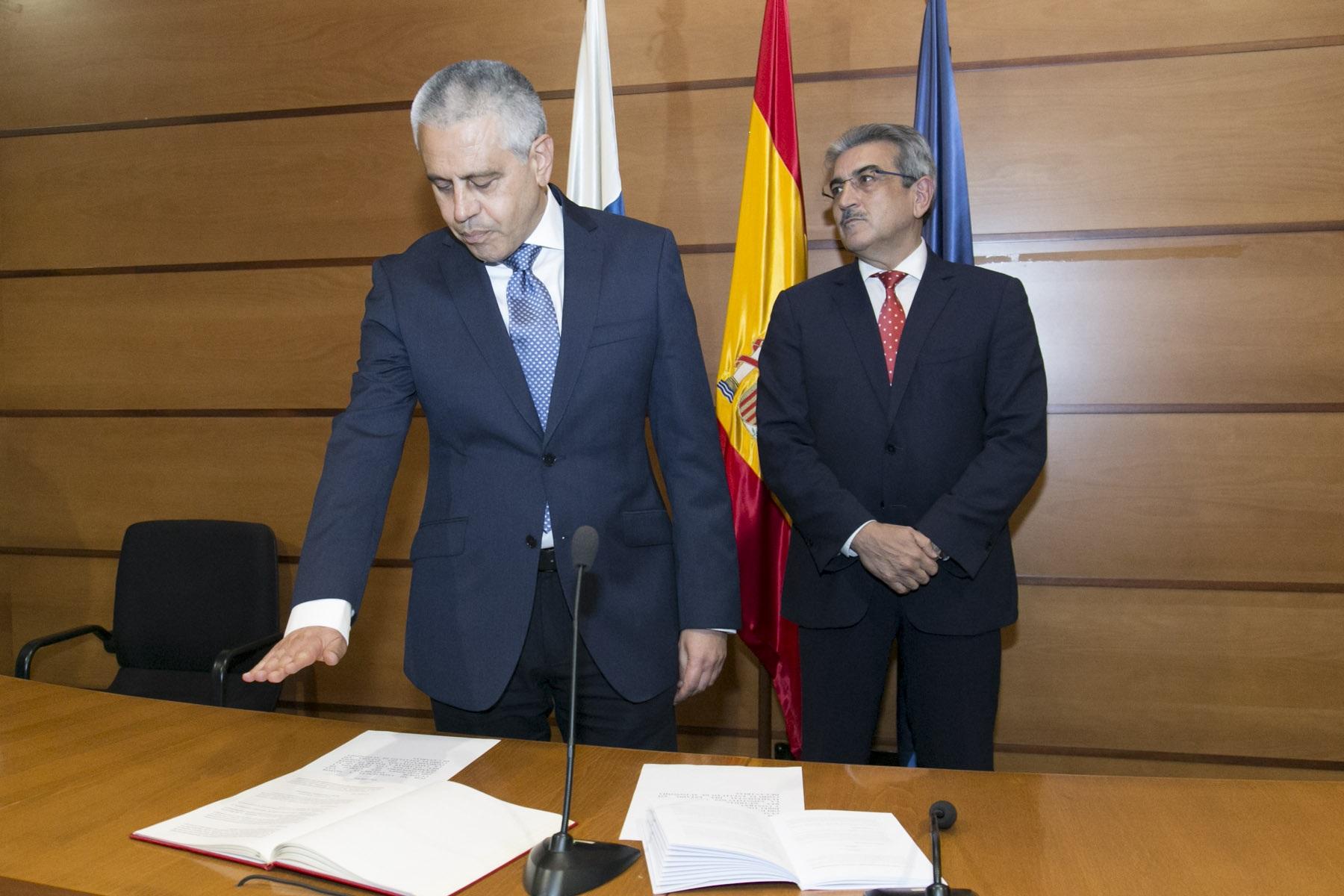 Román Rodríguez junto al viceconsejero de Hacienda y Planificación, Fermín Delgado García, y al director general de Patrimonio y Contratación, José Julián Isturitz.