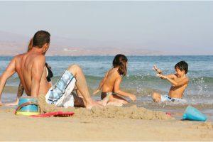 Familia de turistas en la playa.