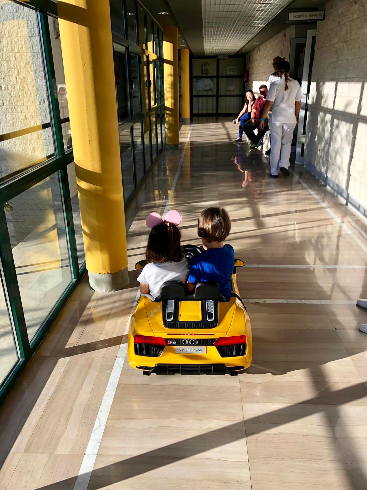 Niños en el cochecito eléctrico del Hospital La Palma