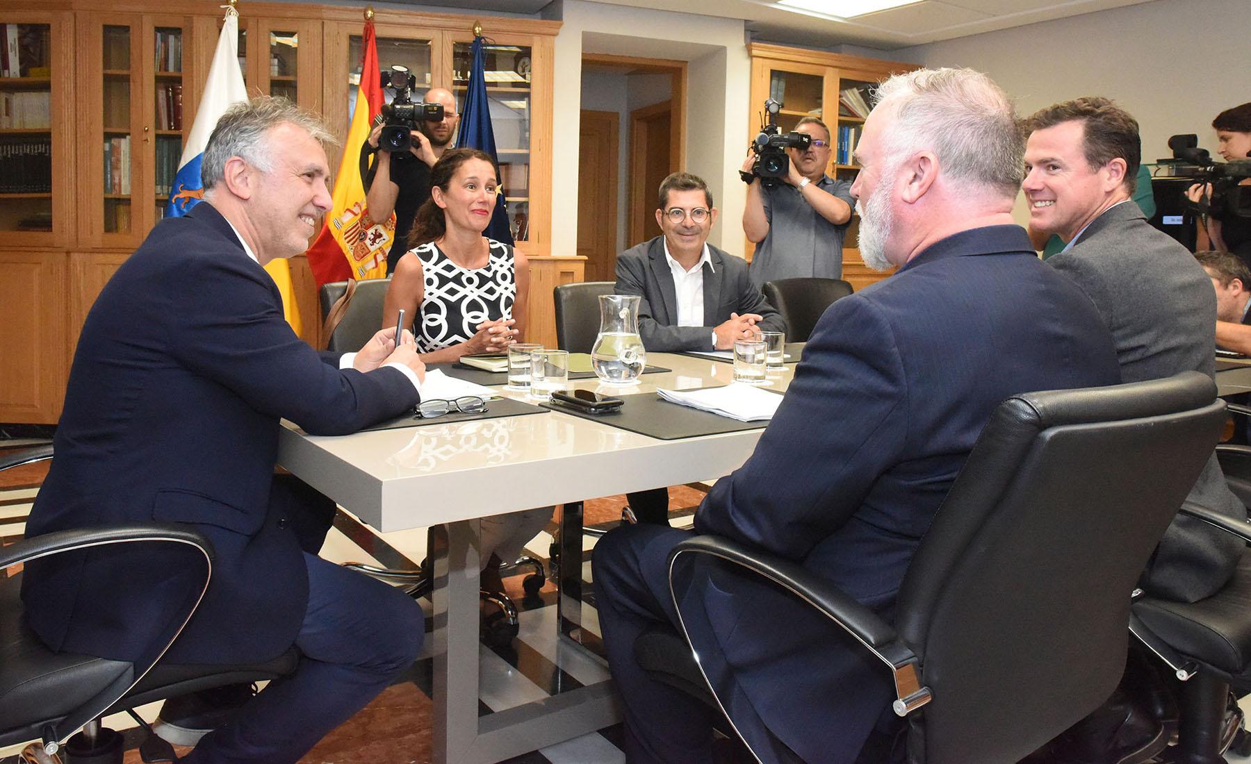Ángel Víctor Torres recibe al reconocido productor Kevin de la Noy