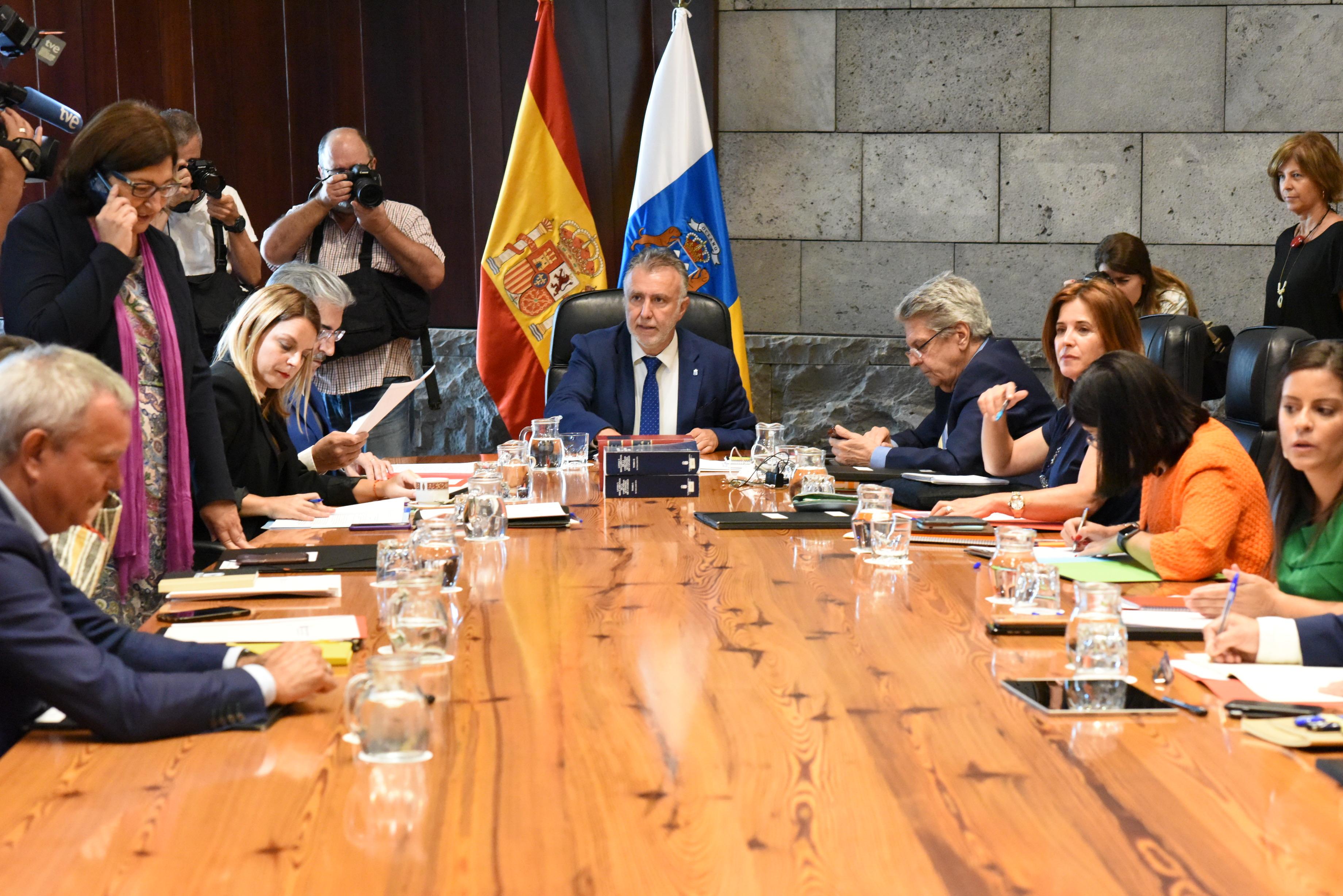 Ángel Víctor Torres preside la reunión del Consejo de Gobierno