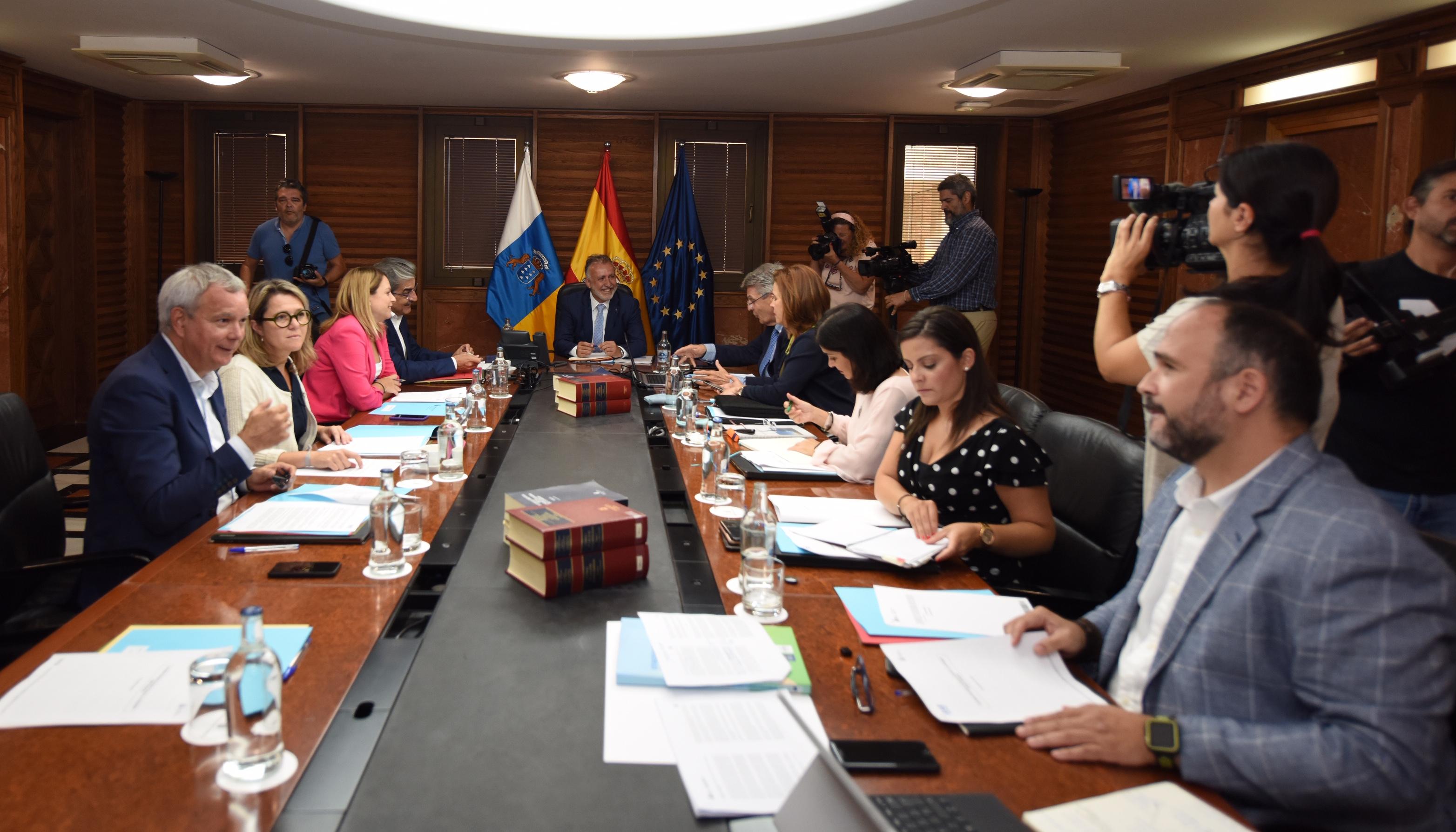 Ángel Víctor Torres preside la reunión del Gobierno