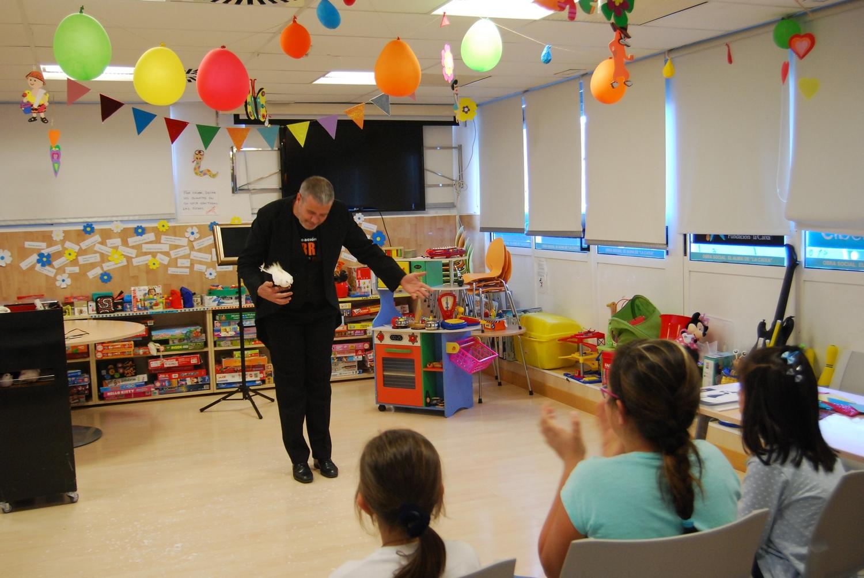 Abracadabra regala magia a los niños hospitalizados en el HUC.