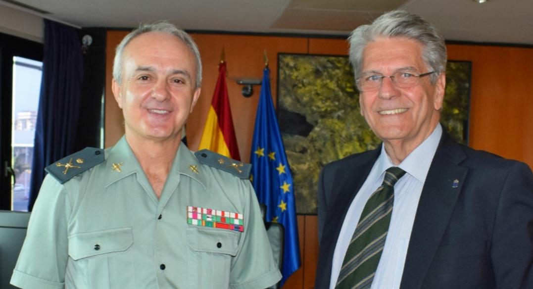 El consejero Julio Pérez y el general jefe de la guardia Civil, Juan Miguel Arribas analizan la seguridad durante incendios de GC