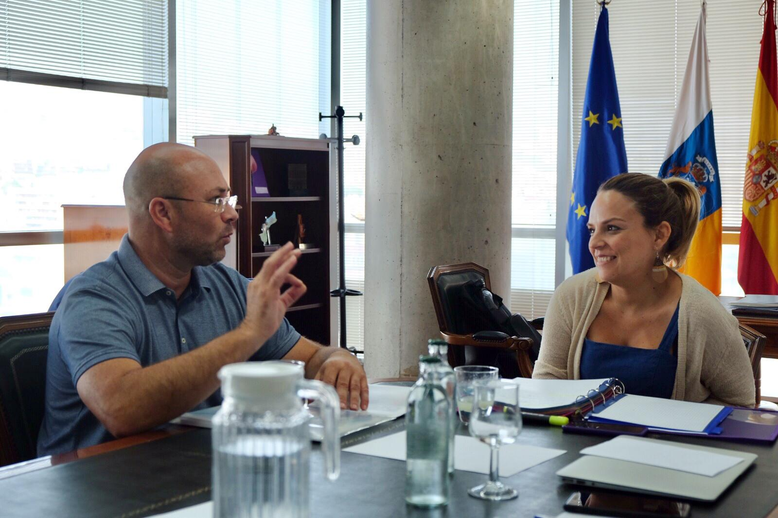Noemí Santana repasa con el coordinador de CEAR en Canarias los principales proyectos que desarrollan