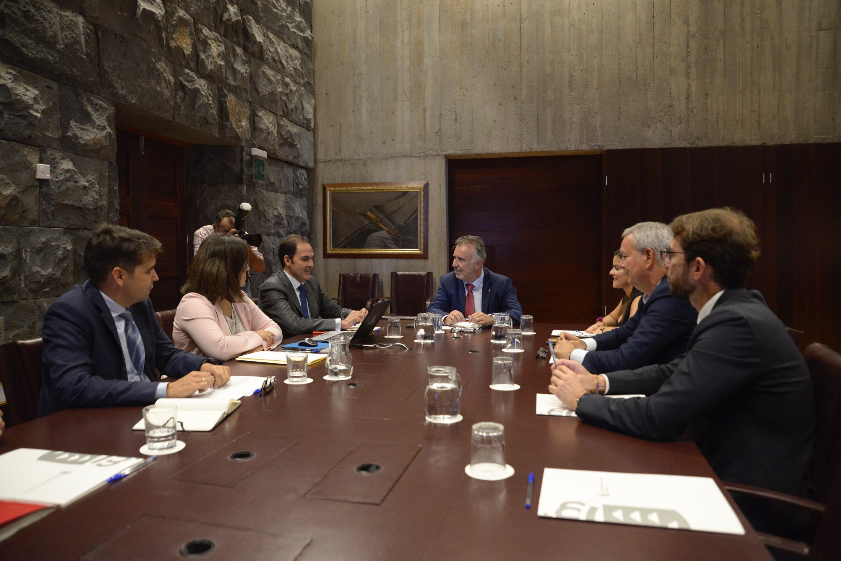 Ángel Víctor Torres reunido con los directivos de Iberia Express y de Vueling