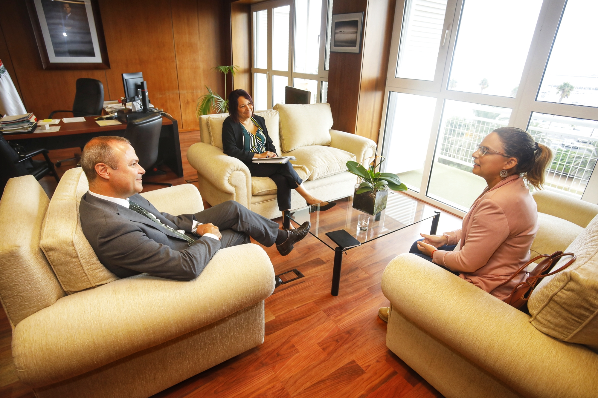 La consejera de Derechos Sociales, Noemí Santana, se reúne con el alcalde de Las Palmas de Gran Canaria, Augusto Hidalgo