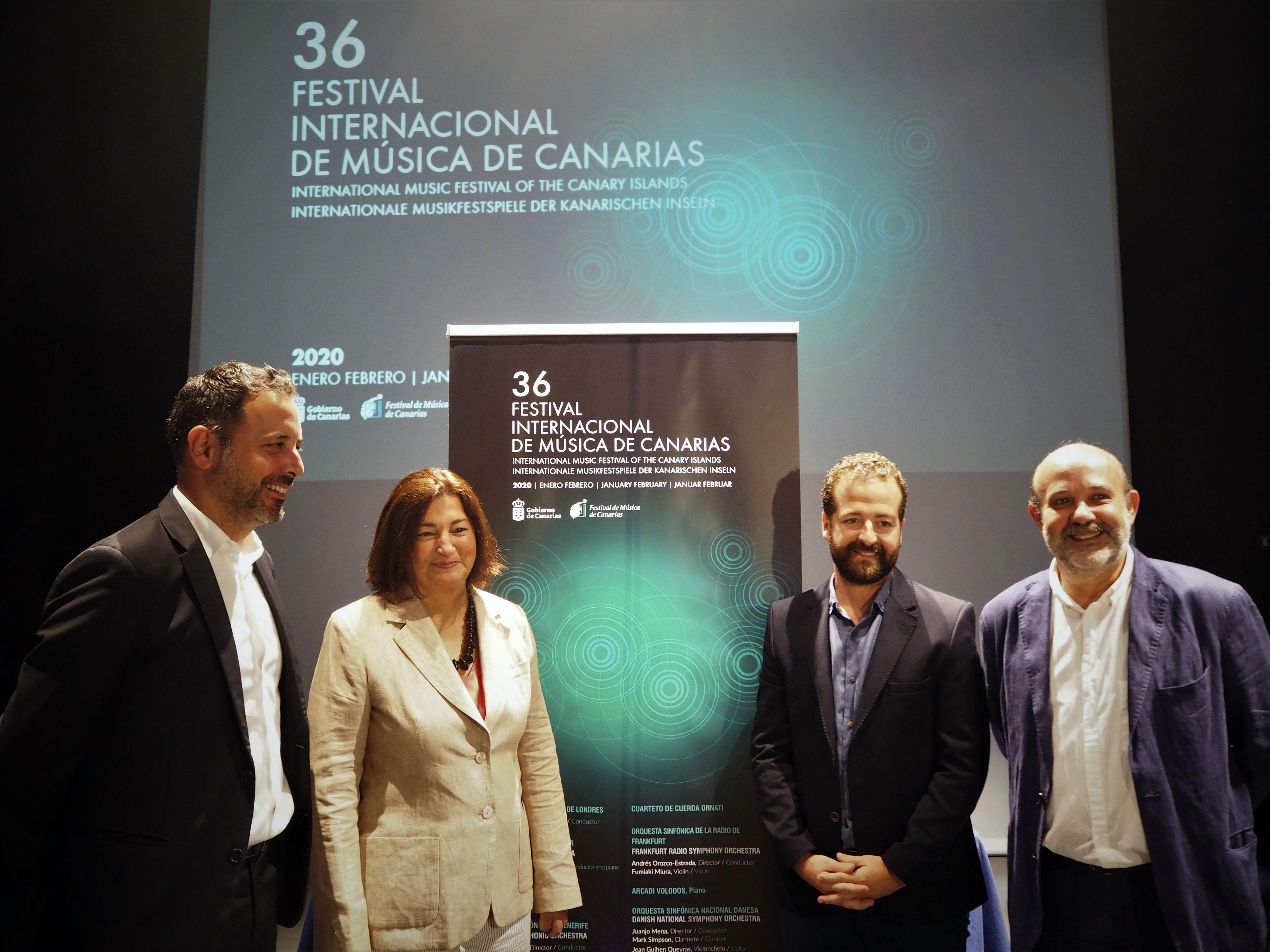 La consejera, junto al viceconsejero y el director del Festival de Música de Canarias