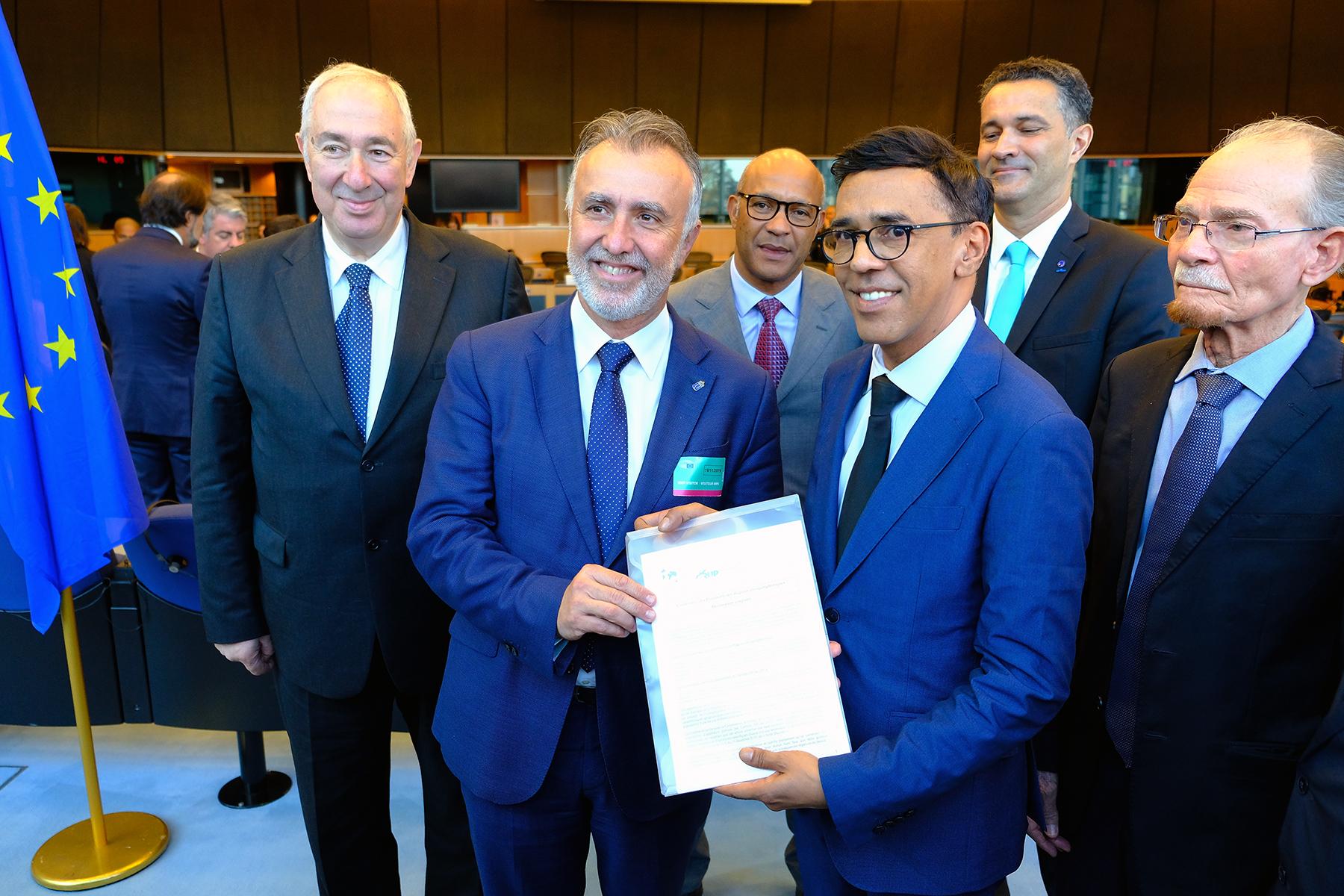 Torres y Omarjee muestran la Declaración Conjunta de las RUP