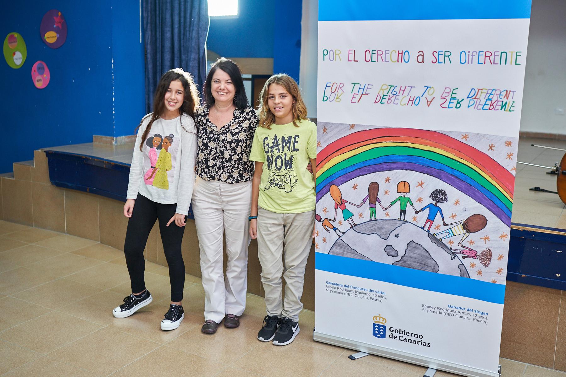 La directora gral de Protección Infancia y Familia, Iratxe Serrano, con los galardonados