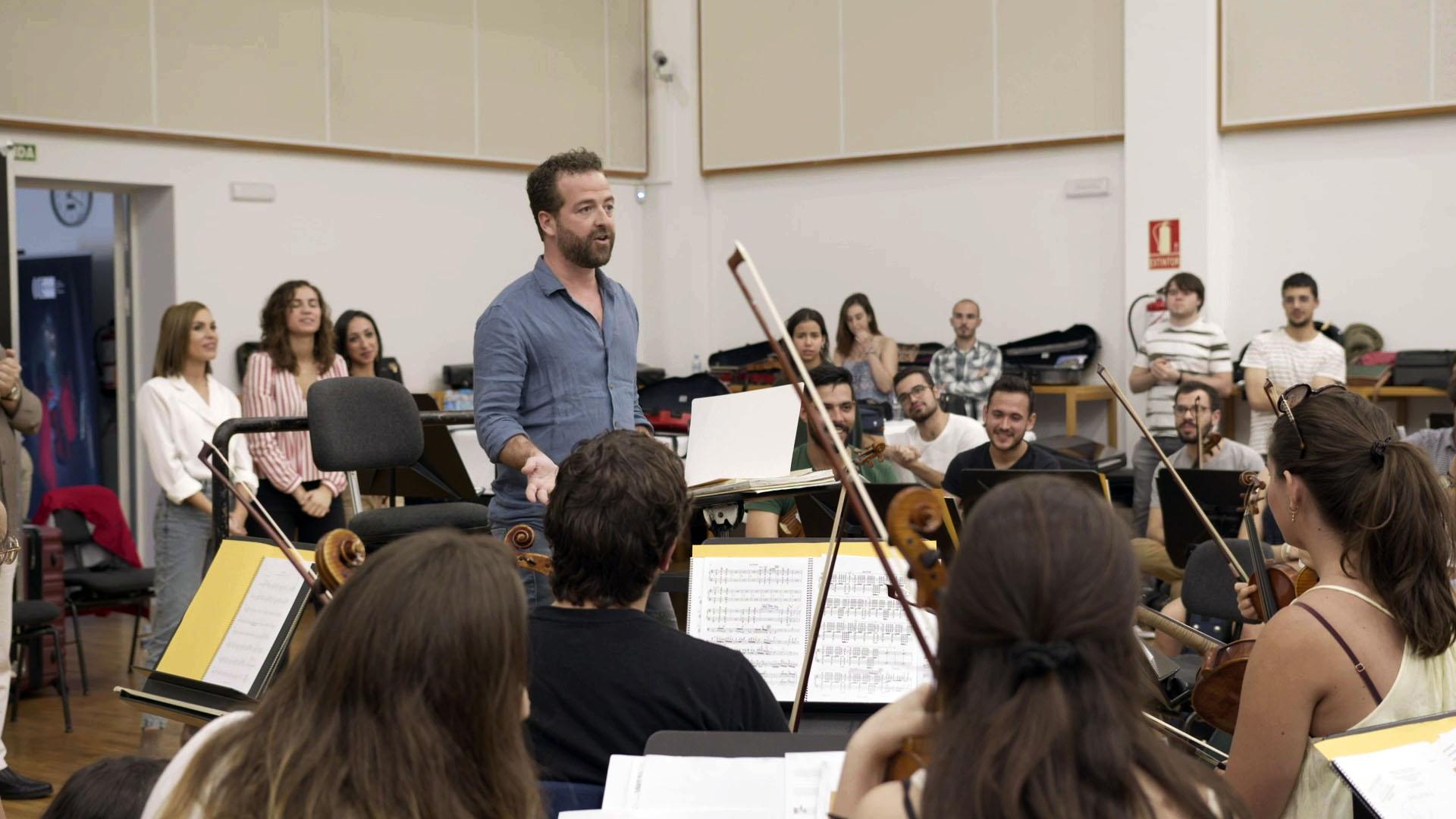 Juan Márquez en el ensayo de la Joven Orquesta de Canarias antes de iniciar la gira